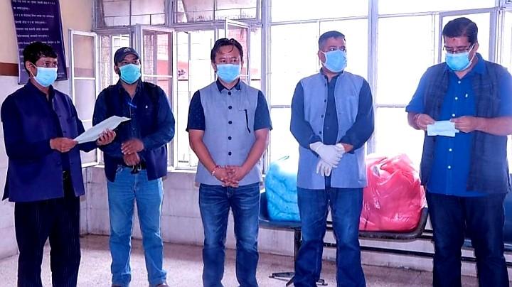 नेपाल तरुण दलद्वारा अस्पतालहरुमा पिपीई र माक्स सहयोग